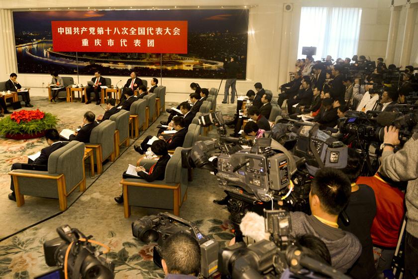 11月8日下午,重庆市代表团讨论对中外记者开放。  廖攀/中新社_重庆市代表团讨论对中外记者开放