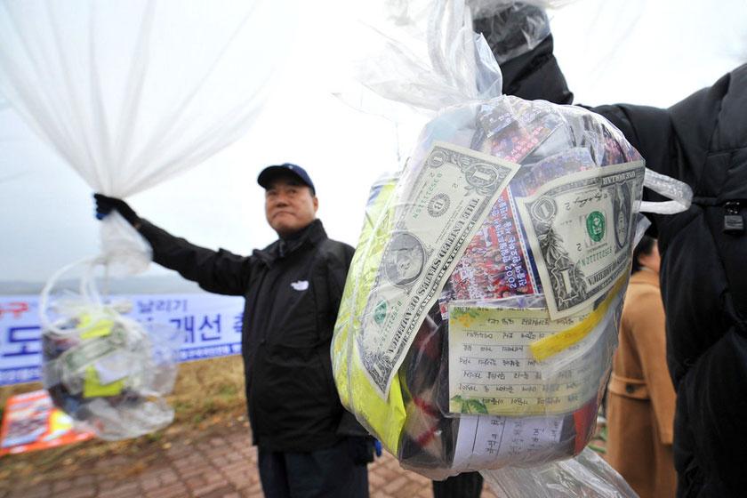 11月8日,韩国右翼团体成员用气球向朝鲜发送反朝传单。     JUNG YEON-JE/东方IC_韩国右翼组织向朝鲜发送传单美元避孕套