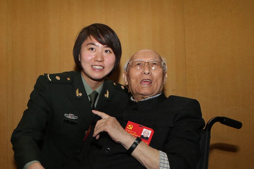11月8日,十八大代表、著名游泳运动员焦刘洋(左)与十八大代表焦若愚合影。   金立旺/新华社_十八大最年轻和最年长代表