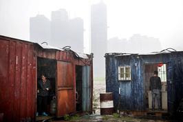 9月13日,北京天安门城楼前,工人在搭建脚手架。