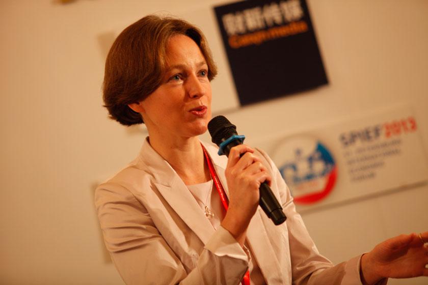"""11月16日,议题""""中俄合作:西伯利亚机会""""现场,俄罗斯天然气工业银行第一副董事叶卡捷琳娜·特罗菲莫娃发言。    王攀/财新记者_议题:中俄合作:西伯利亚机会"""