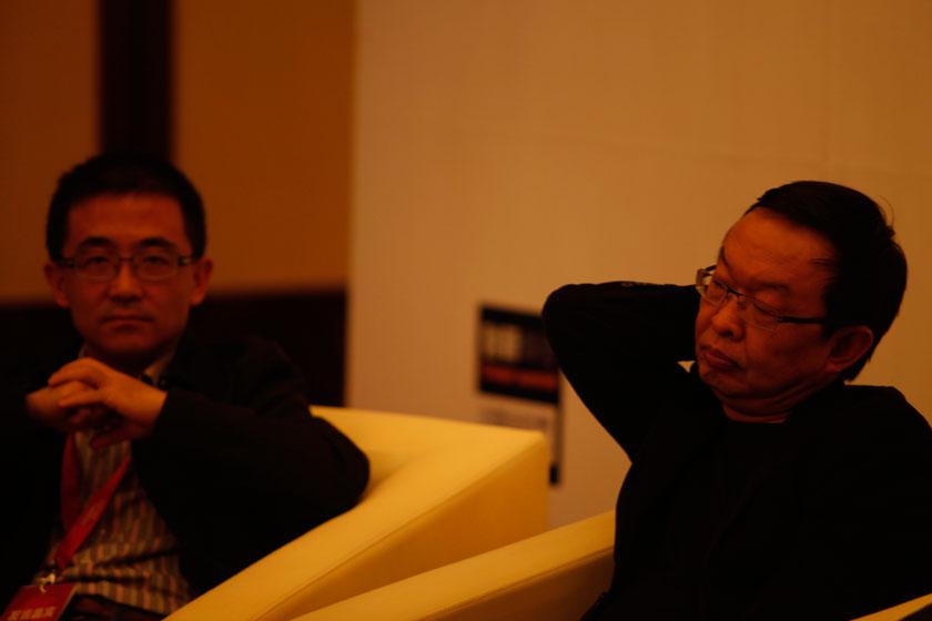 11月16日,龙伟和陈年。   王攀/财新记者_电商:死而后生?