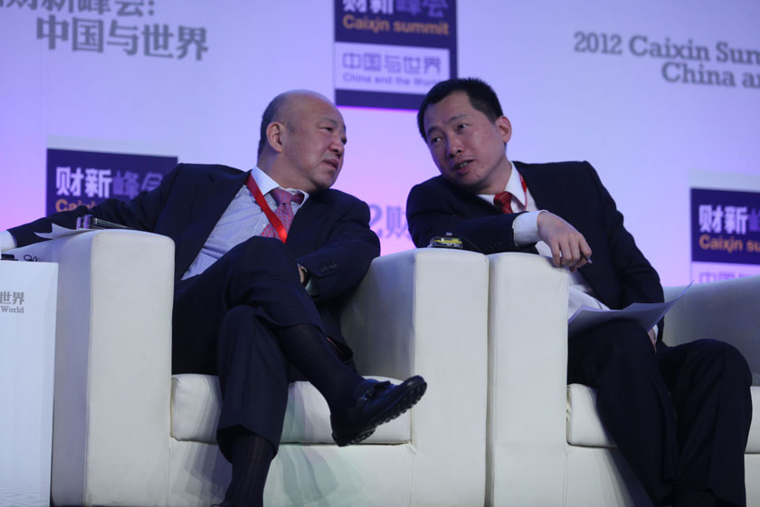 11月17日,方风雷和叶伟强交流。  牛光/财新记者_议题:中国经济新增长