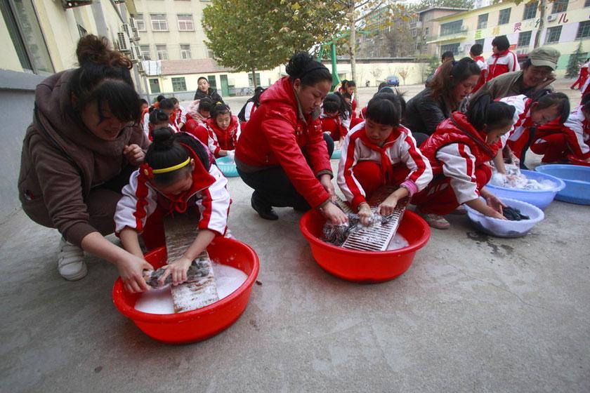 济南小学生集体洗衣服感恩父母