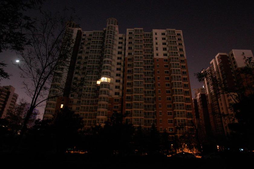 11月19日,北京芍药居北里居民区内近千套房源闲置。  圣西/CFP_北京四环内千套经适房空置四年