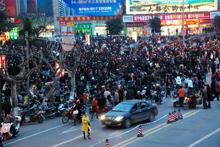 城管曝_官方证实西安城管持棍打人照片_图片频道_财新网