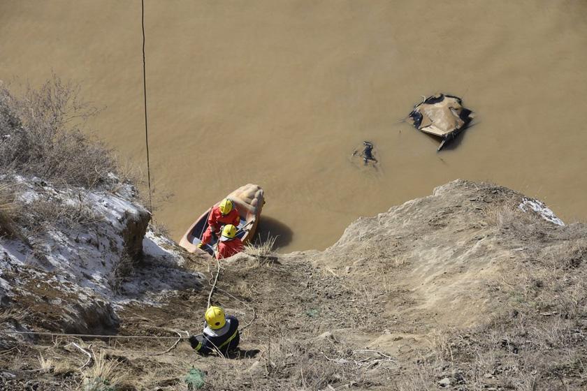 11月26日,甘肃兰州,打捞现场。  裴强/CFP_甘肃兰州一辆轿车坠入水库 车内六人失踪