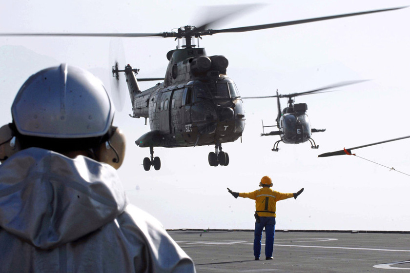 士兵做出手势指挥直升飞机降落