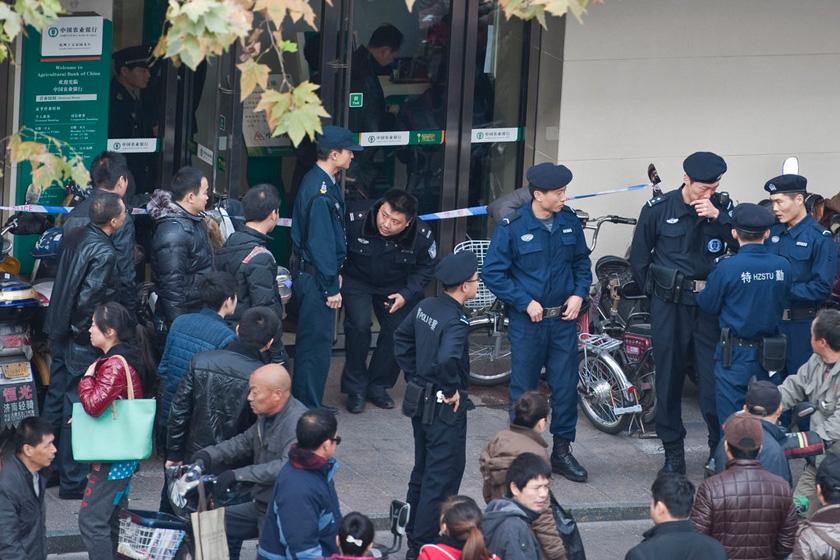 12月6日,杭州,警方封锁现场,处理疑似炸弹。   布他/CFP_杭州男子持'炸弹'抢劫银行  实为塑料瓶