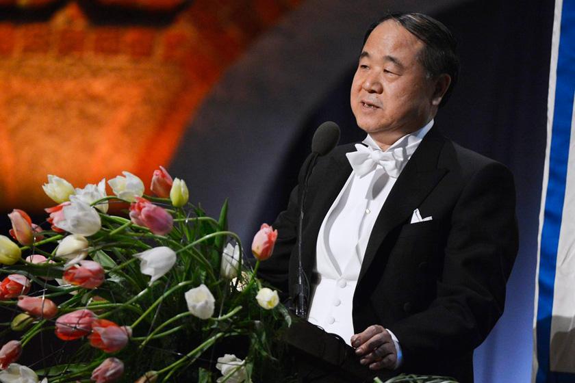 莫言着燕尾服领取2012年诺贝尔文学奖