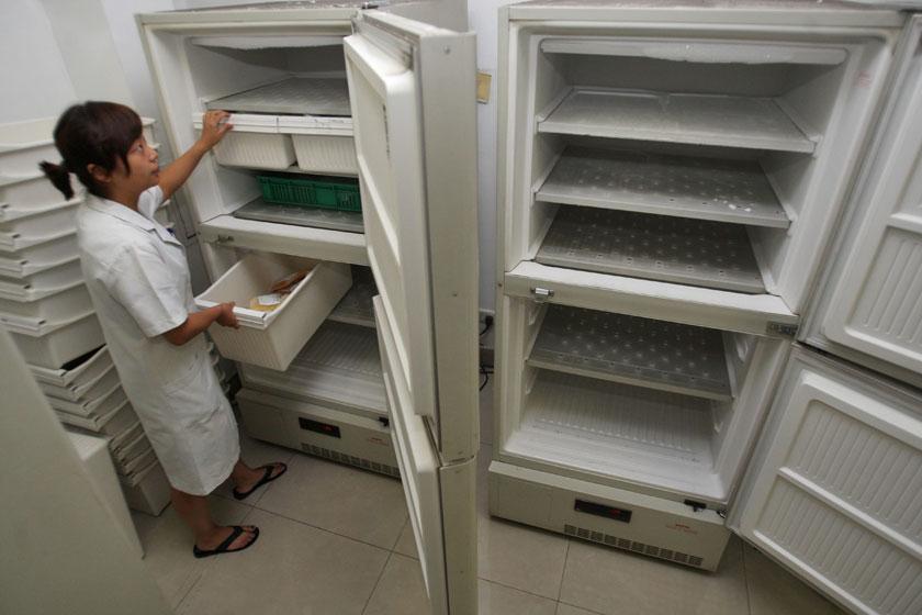 2009年7月7日,重庆市第三军医大学西南医院,储存血浆的冰箱空空的,医生正整理剩下不多的血浆。A型、B 型、O 型和AB 型这四大常见血型血浆都纷纷告急。:重庆商报 张路桥/CFP_血荒求治