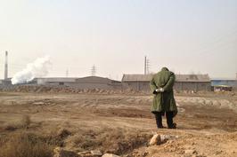 在白银市郊的苏家墩、沙坡岗、崖梁水等地,大片耕地被弃耕。