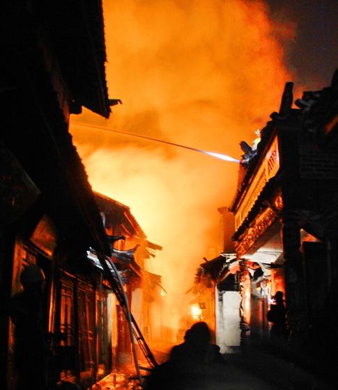 丽江古城大火_丽江古城发生火灾 100余间房屋被烧_图片频道_财新网