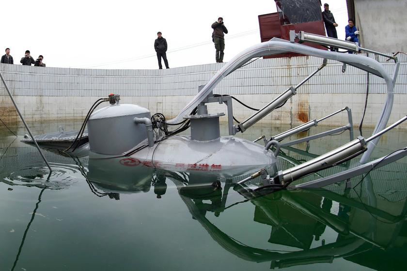 汉下岗工人造 潜艇 遥控指挥摄像取景