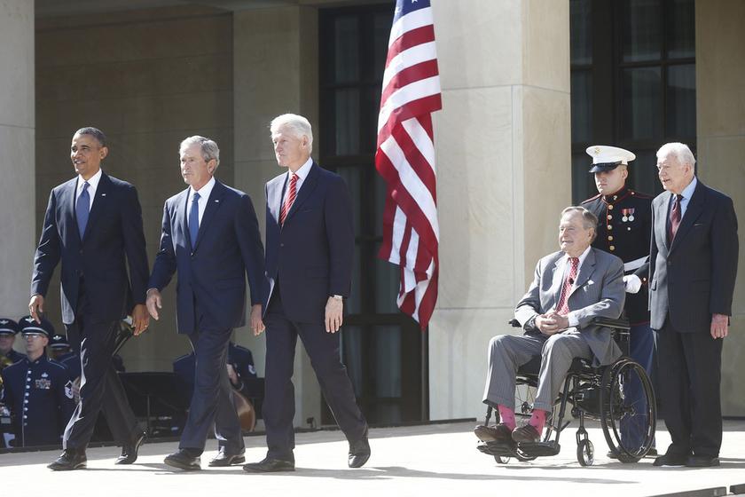 地摊新产品图片_美国五位总统出席小布什图书馆揭幕仪式_图片频道_财新网