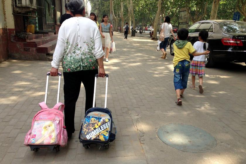 郑州老人背书包送孩子上学