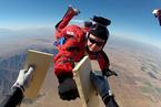 美国海军跳伞教练高空击碎12块木板