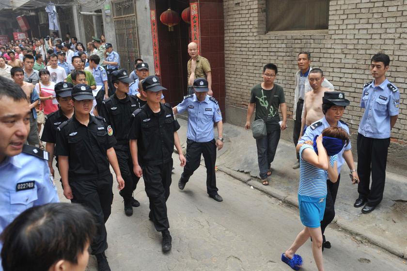 西安雁塔区300警力突查城中村