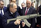 俄罗斯总统普京亲自调试枪