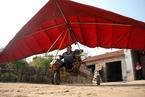 山东农民自制动力三角翼飞机