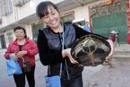 武汉市民江边捡到五旬山龟 全家跪拜祈福