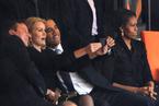 """奥巴马在曼德拉追悼会上玩""""自拍"""""""