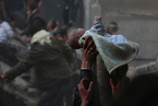 叙利亚遭空袭 民众组人链废墟中拯救儿童