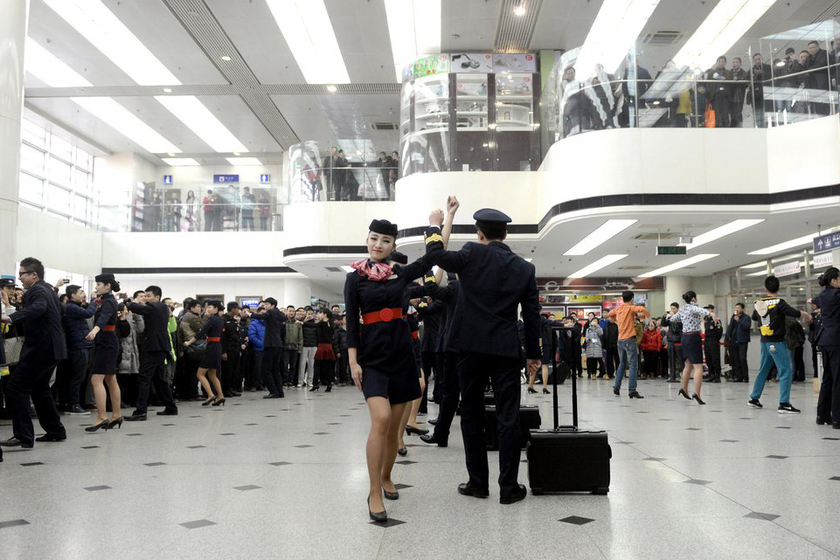2014年4月日食_北京机场空姐空少玩快闪_图片频道_财新网