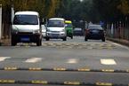 """武汉200米道路设12个减速带 车子""""蹦""""着跑"""