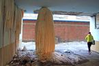 吉林一小区漏水冻出3米高巨型冰柱