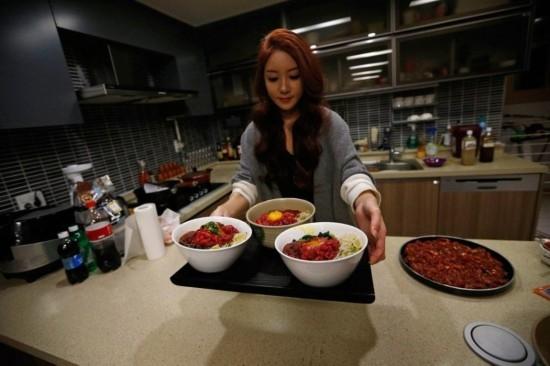美女视频直播吃饭月入9千美元