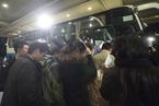 马航工作人员安排乘客家属办理出国手续