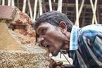 印度男子每天吃6斤砖石泥土