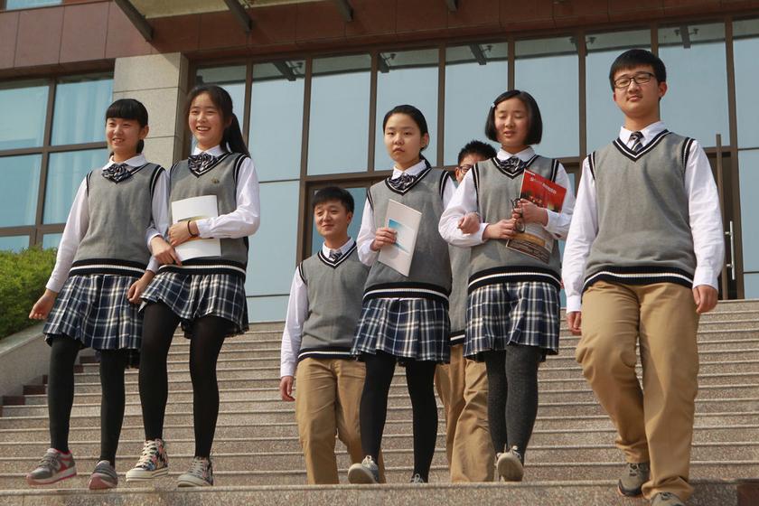 郑州高中生穿自己设计的校服