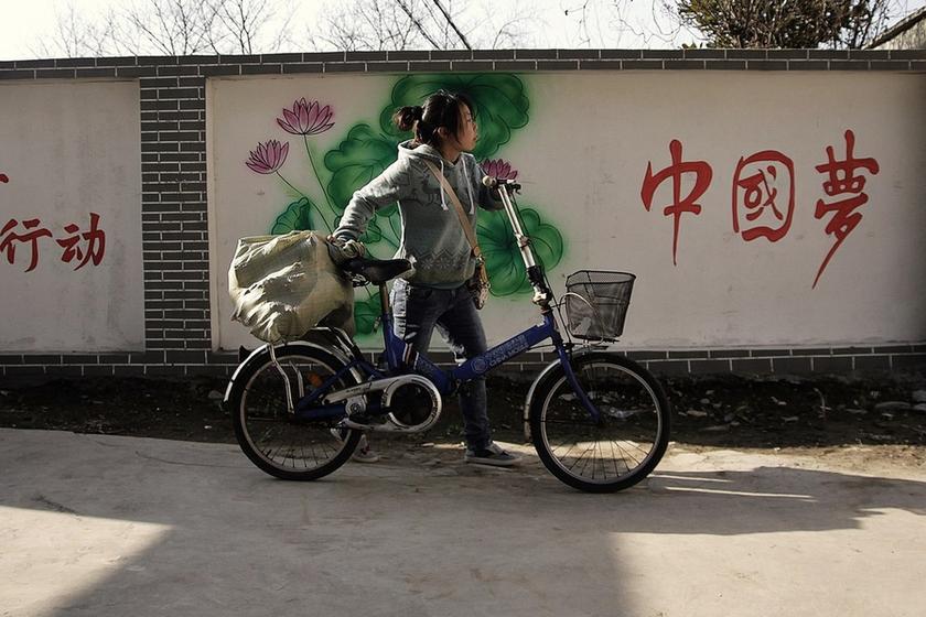 大学生收废品不丢人,当废品才丢人。中国第一位女首富张茵就是从回 收废纸白手起家的。站在仓库内忙活的90后女孩邢雪,并不认为自己和小伙伴从回收废品开始 创业的经历是一段多么疯狂的青春。   邢雪是安庆师范学院新闻学11(2)班的一名大三学生。90后的她和4名小伙 伴成立了一个大学生物资回收服务站。废纸旧书饮料瓶,这些在其他同学里不起眼的杂物,对她 们来说都是宝贝。学校的同学和老师们如果有废纸盒和饮料瓶,打电话喊一声就行。她们会 带着秤上门