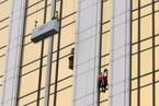 """法国""""蜘蛛人""""徒手攀爬153米高楼"""