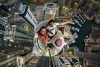 冒险家迪拜高楼上玩自拍