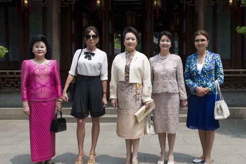 耶娃(左二)、哈萨克斯?-彭丽媛邀多国领导人夫人逛豫园图片