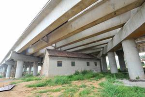 山东村民拒搬迁 房屋被圈铁路桥下