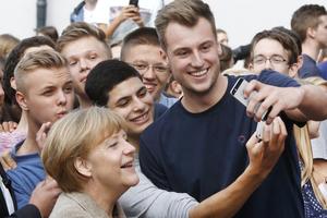 德国总理默克尔与学生玩自拍