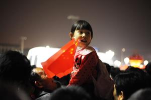 游客熬夜排队十小时为看升旗