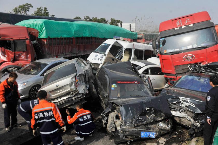 安徽高速70余辆车追尾 押运车内嫌犯受伤