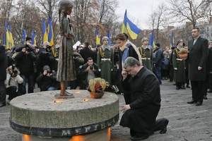"""乌克兰总统跪祭""""大饥荒""""遇难者"""