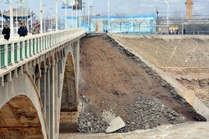 兰州一堤坝发生坍塌