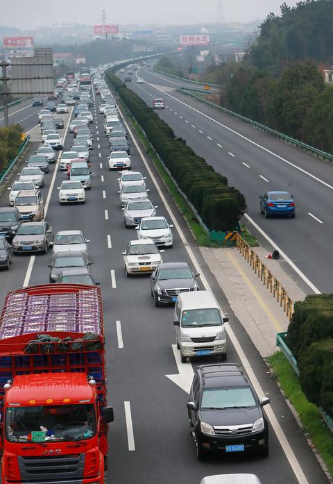 返程高峰到来 京港澳高速堵车10公里