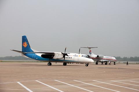福州机场一飞机降落时发生故障滑出跑道