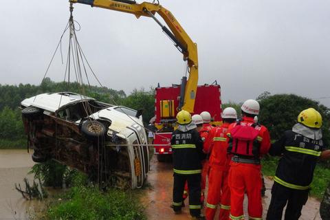 月22日上午,广西桂平大湾镇安担村一幼儿园接送车在接送儿童途