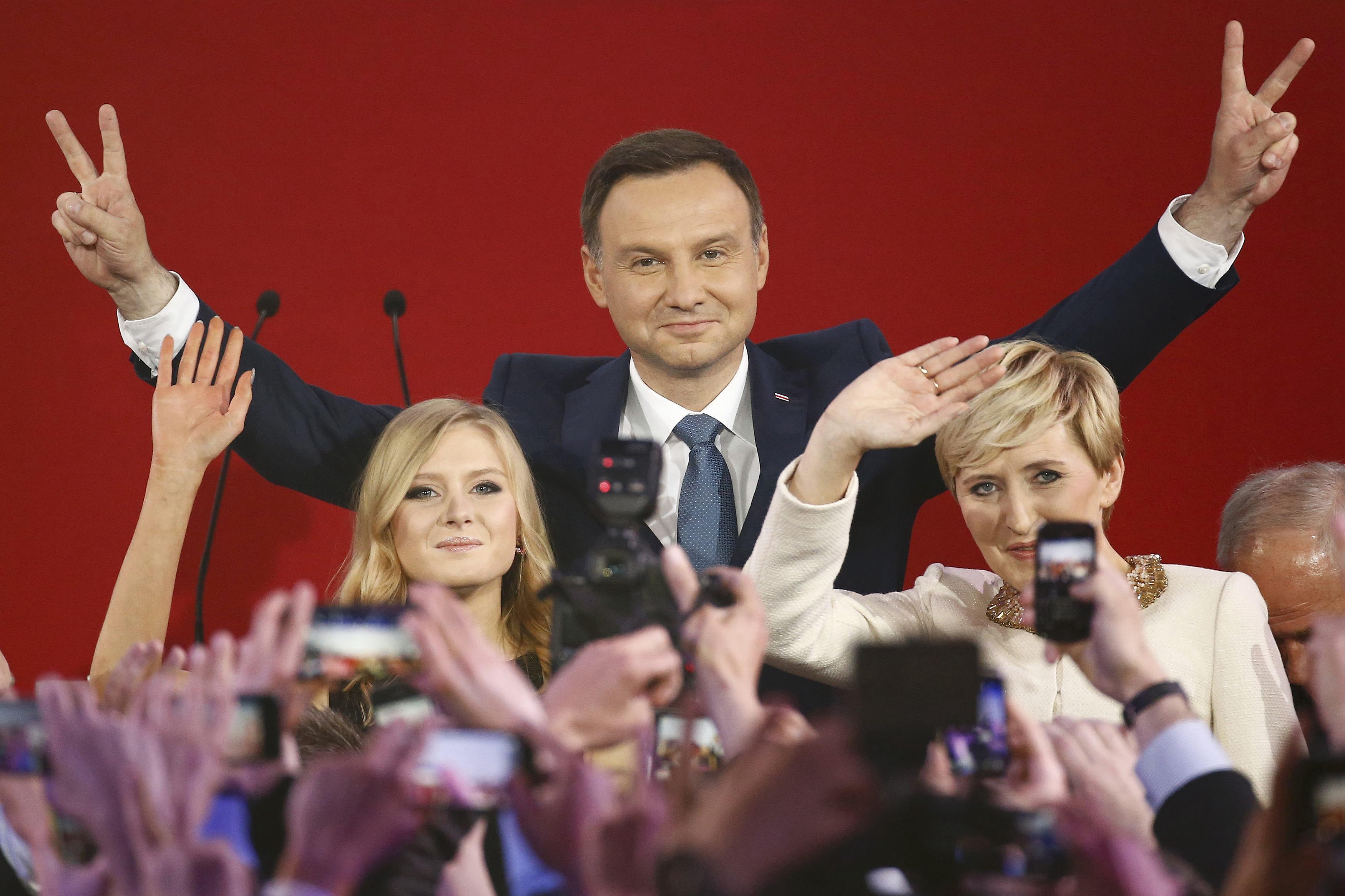面对民意压力 波兰总统叫停执政党染指最高法院人事意图