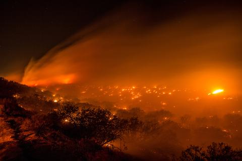 美国加州森林大火蔓延 2800人紧急撤离