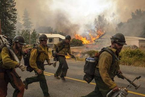 美国消防电影_求一部美国片子,讲的是一群消防员被森林大火困住,求救无门,在生命